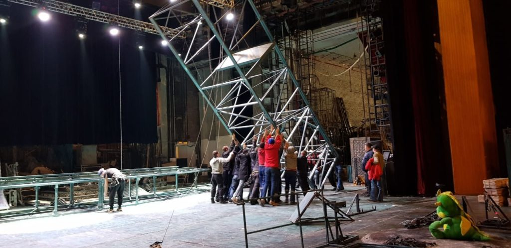 Подготовка декораций для концерта Безрукова.